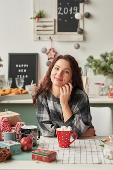 Dziewczyna z filiżanką w kuchni nowego roku