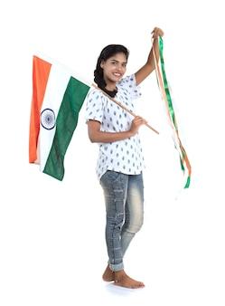 Dziewczyna z flagą indii lub tricolor na białej ścianie, dzień niepodległości indii, dzień republiki indii