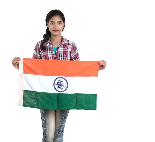 Dziewczyna z flagą indii lub tricolor na białym tle, dzień niepodległości indii, dzień republiki indii