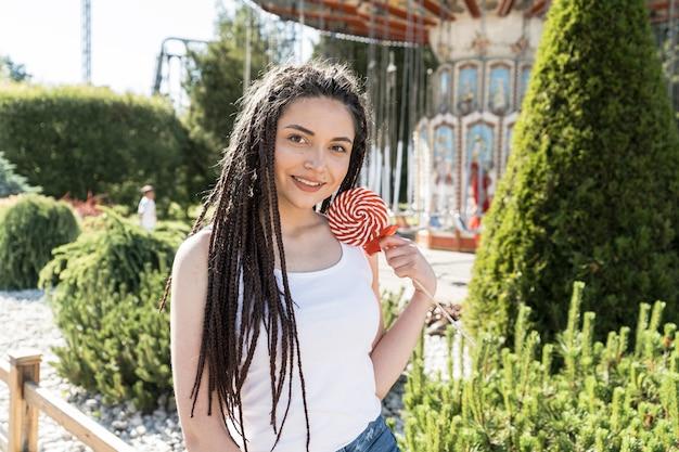 Dziewczyna z fryzury warkocz pole o lollipop