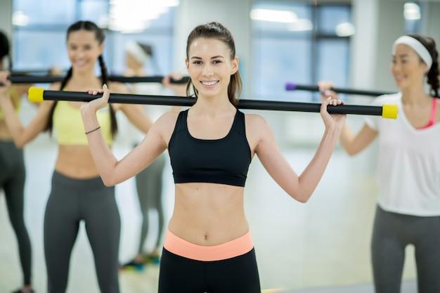 Dziewczyna z gimnastycznym barem