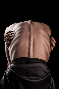 Dziewczyna z gołymi plecami, silną szczupłą sylwetką i wystającymi żebrami