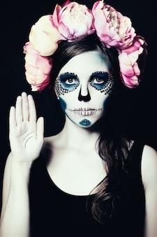 Dziewczyna z halloweenowym makeup. cukrowa czaszka piękna kobieta