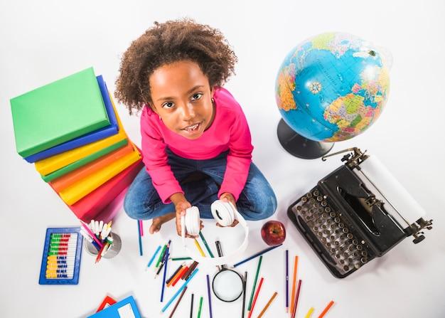 Dziewczyna z hełmofonami siedzi z nauk narzędziami w studiu