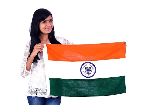 Dziewczyna z indyjską flagą lub tricolor na białym tle