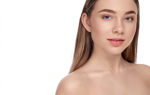 Dziewczyna z jasną skórą pozuje na białym odosobnionym tle