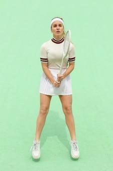 Dziewczyna z kanta tenisowego na tenisowym polu