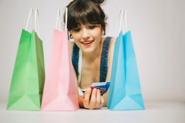 Dziewczyna z kartami i zakupów