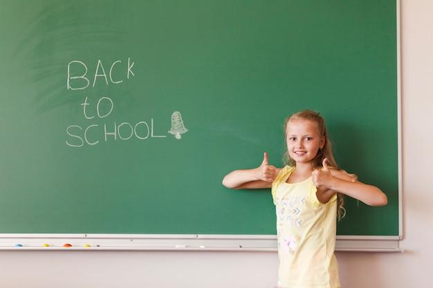 Dziewczyna z kciuki w klasie