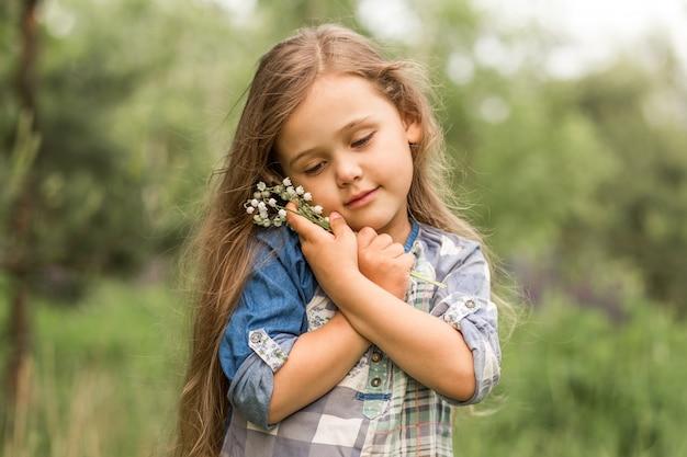 Dziewczyna z konwalii w przyrodzie