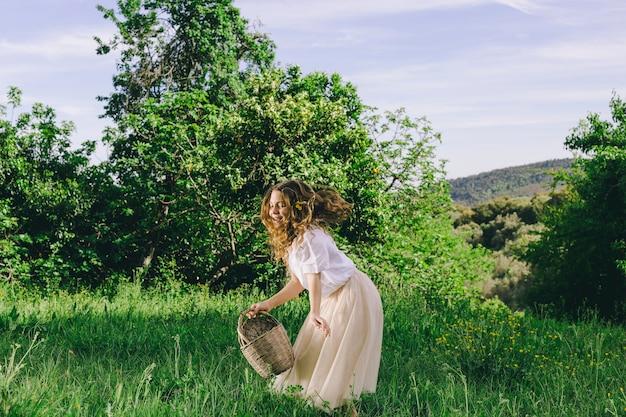 Dziewczyna z koszykiem spaceru w polu