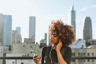 Dziewczyna z kręconymi włosami na dachu LA