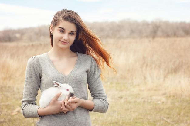 Dziewczyna z królikiem. szczęśliwa