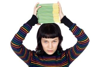 Dziewczyna z książkami w głowie nad białym tłem