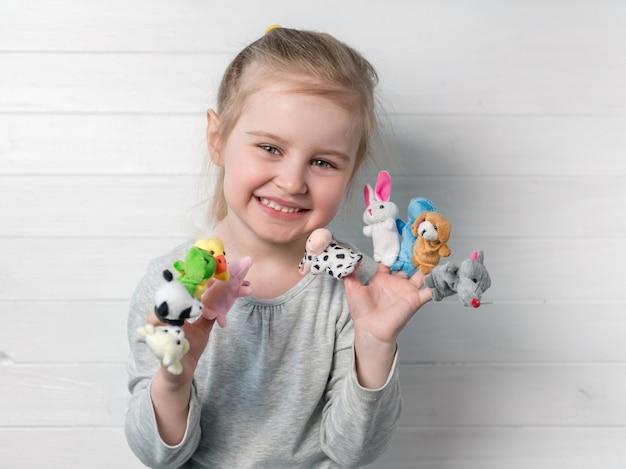 Dziewczyna z lalkami lalki na jej ręce