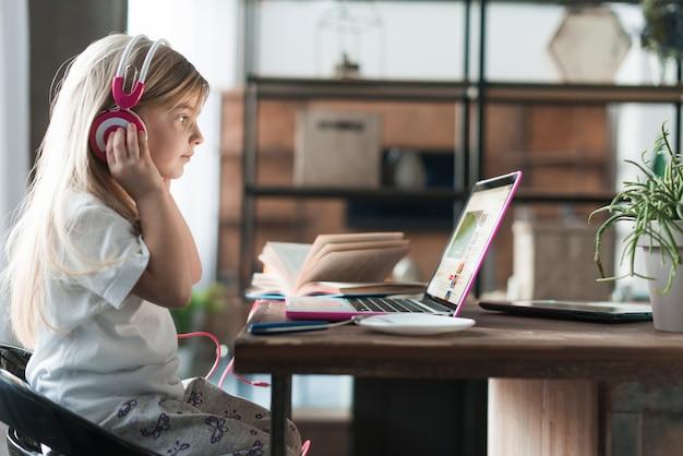 Dziewczyna z laptopem i hełmofonami