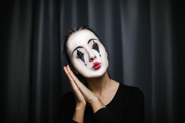 Dziewczyna z makijażem mima. improwizacja.