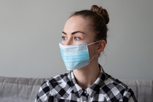 Dziewczyna z maską medyczną, aby chronić ją przed wirusem