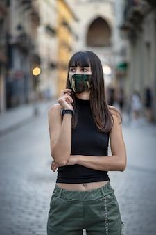 Dziewczyna z maską na ulicy