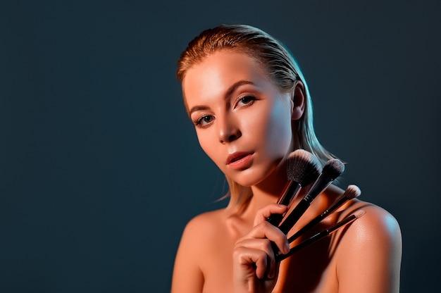 Dziewczyna z muśnięciami do makijażu.