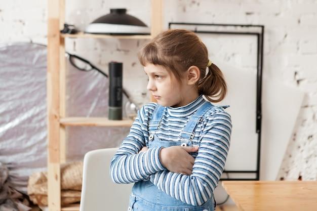 Dziewczyna z niezadowoloną miną