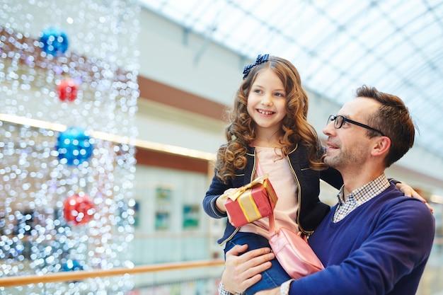 Dziewczyna z ojcem w boże narodzenie
