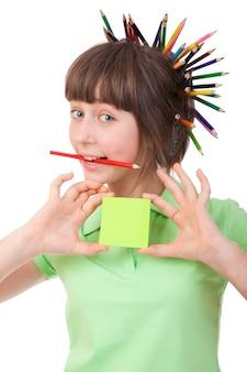 Dziewczyna z ołówkiem we włosach pokazuje na kartce papieru