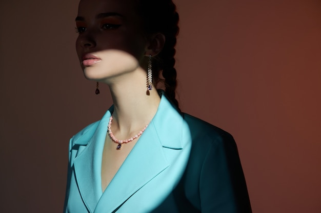 Dziewczyna z pięknymi kolczykami w uszach, piękny portret kobiety z biżuterią. idealnie gładka skóra