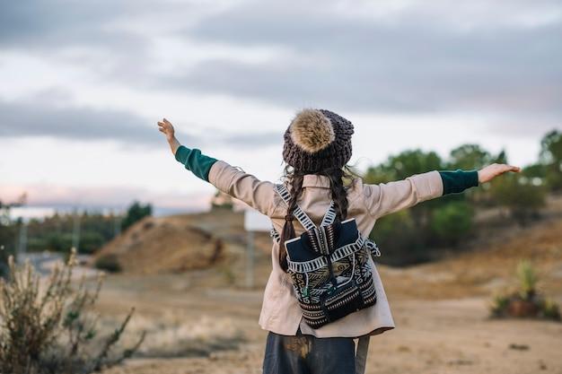Dziewczyna Z Plecakiem W Naturze Darmowe Zdjęcia