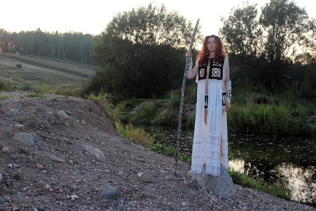 Dziewczyna z plemienia z rzeką włóczni