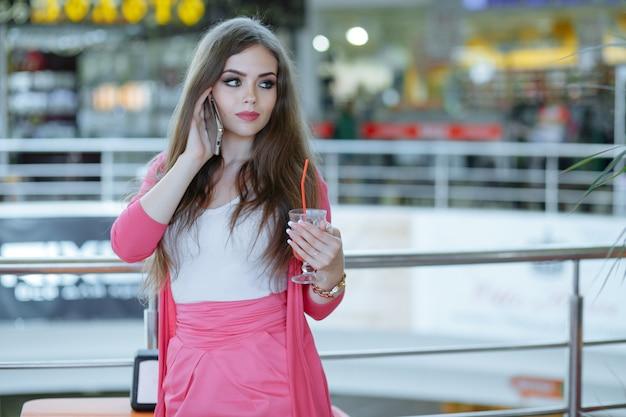 Dziewczyna z poważną twarzą rozmawia przez telefon