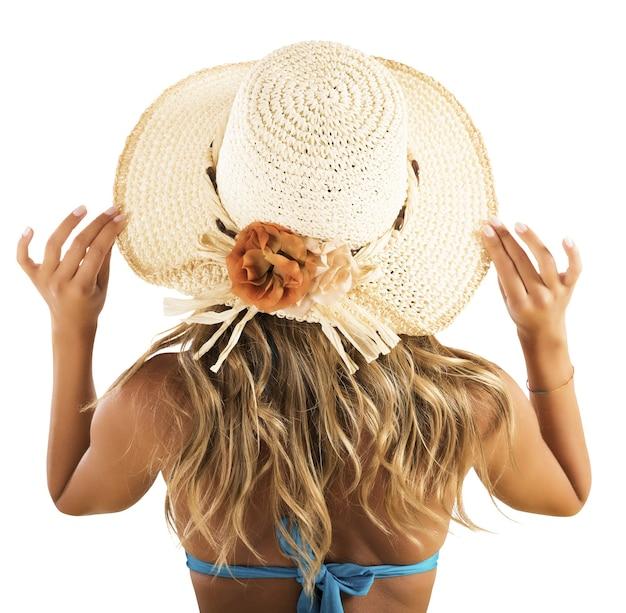 Dziewczyna z powrotem w bikini z słomkowym kapeluszem