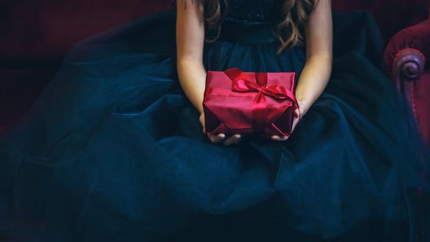 Dziewczyna z prezentami na wakacje. selektywne skupienie. czerwony.