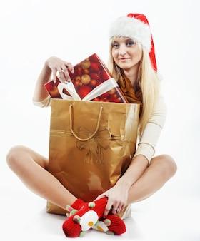 Dziewczyna z prezentami świątecznymi