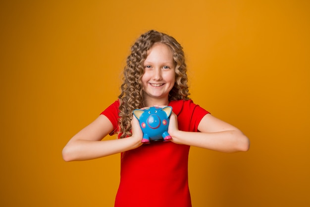 Dziewczyna z prosiątko bankiem w ona ręki