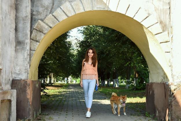 Dziewczyna z psem na spacerze w parku zwierzak na świeżym powietrzu