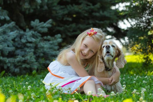 Dziewczyna z psem patrząca w kamerę