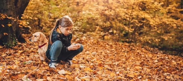 Dziewczyna z psem w parku