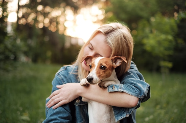 Dziewczyna z psem w rękach, jack russell terrier
