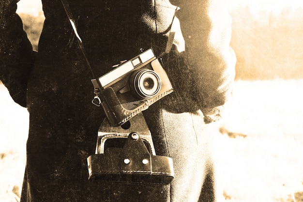 Dziewczyna z retro rocznika aparatu fotograficznego.