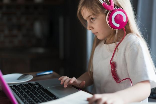 Dziewczyna z różowym laptopem