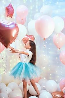 Dziewczyna z różowymi balonami helowymi i tutu