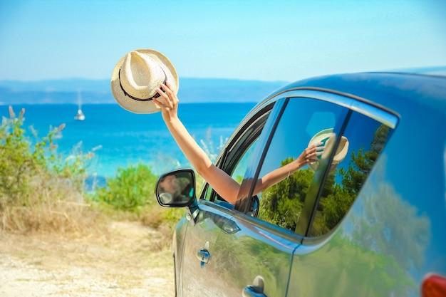 Dziewczyna z samochodu na morzu
