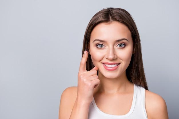 Dziewczyna z soczewkami kontaktowymi w ręku