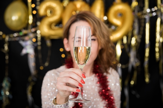 Dziewczyna z szampanem przy nowego roku przyjęciem