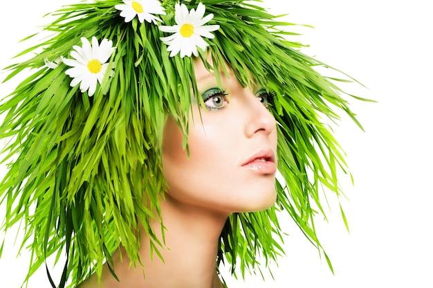 Dziewczyna z trawiastymi włosami i zielonym makijażem