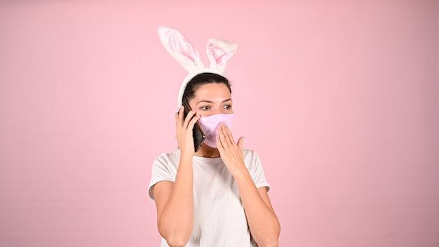 Dziewczyna Z Uszami W Masce Z Telefonem. Wysokiej Jakości Zdjęcie Premium Zdjęcia