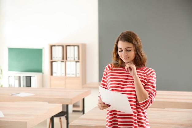 Dziewczyna z wynikami testu szkolnego w klasie