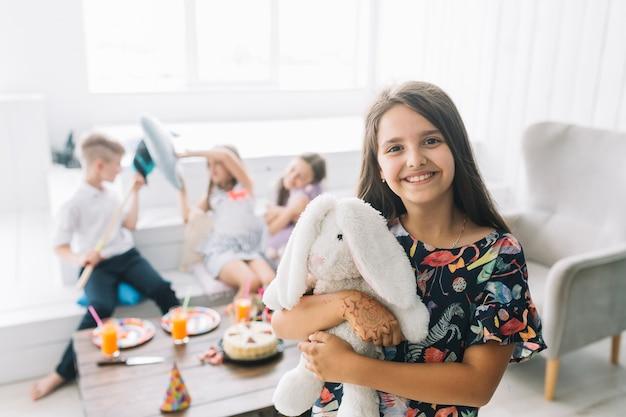 Dziewczyna z zabawką podczas urodzinowego świętowania