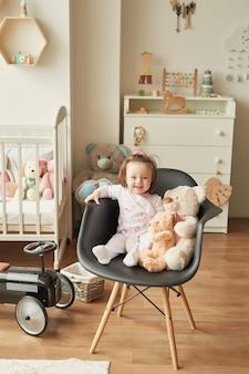 Dziewczyna z zabawkami w pokoju dziecięcym
